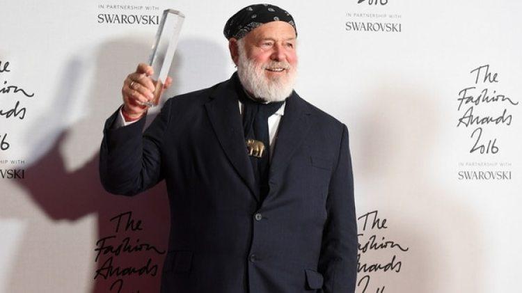 Bruce Weber posa con un premio en Londres (Getty Images)