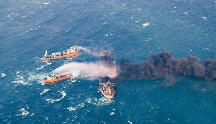 Los trabajos de extinción quedaron en la mira: muchos argumentan que era mejor bombardear el buque y generar un incendio mayor para quemarpetróleo y reducir la contaminación (Reuters).
