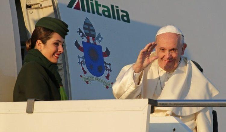 El líder católico aborda el vuelo que lo lleva a Santiago (Reuters)