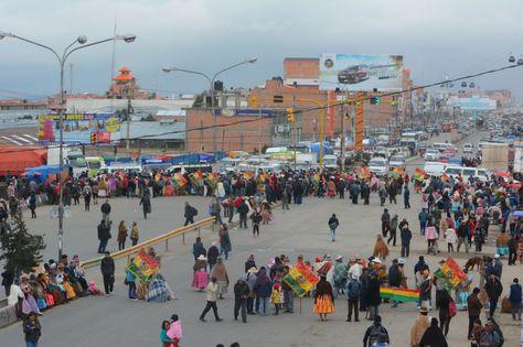 Un grupo de vecinos bloquean la avenida Juan Pablo II en Río Seco este lunes contra el Código Penal.