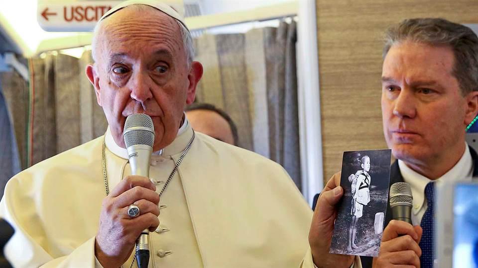 En pleno vuelo hacia Chile, el Papa mostró la foto de una de las víctimas de Nagasaki