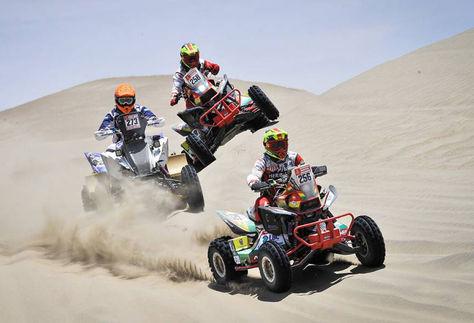 Wálter Nosiglia (256) conduce su quad seguido de los argentinos Andujar y Domaszewski, este último su compañero de equipo. Foto: Dakar.com