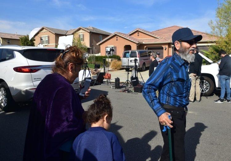 Vecinos frente a la casa en 160 Muir Woods Road en la que fueron encontrados los 13 hermanos confinados y torturados por sus padres (AFP)