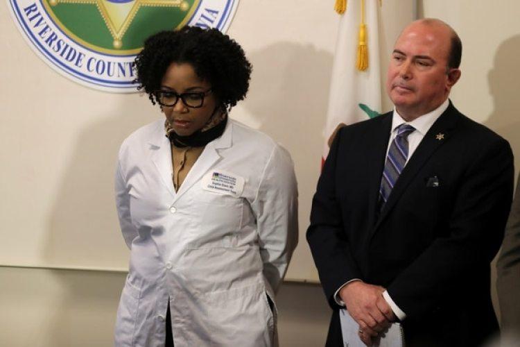 Sophia Grant, directora médica de la unidad de abuso infantil del Riverside University Health System y el jefe de policía de Perris, Greg Fellows (REUTERS/Mike Blake)