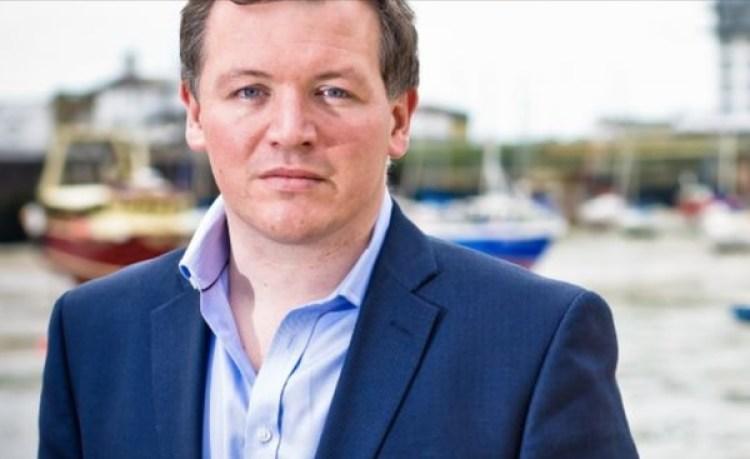 """El legislador conservador Damian Collinsdijo que el primer informe sobre la potencial injerencia rusa en el Brexit mediante la plataforma respondía """"inadecuadamente"""". (damiancollins.com)"""