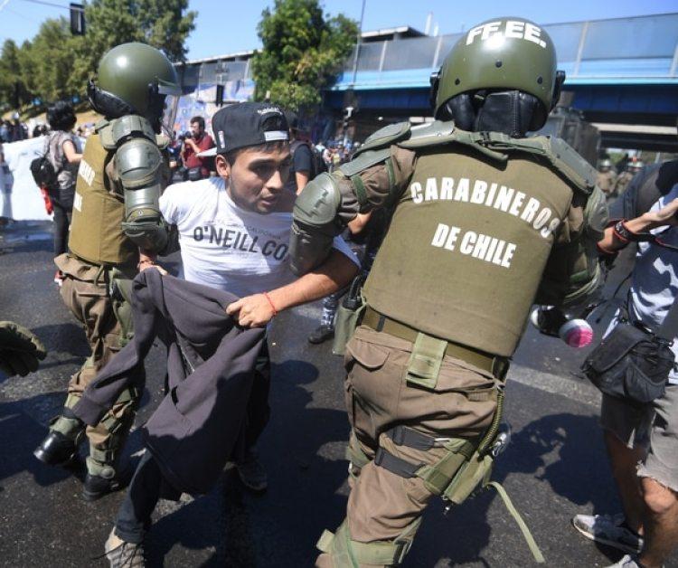 Cientos de personas protestaron contra el papa en la capital chilena.(AFP PHOTO / Eitan ABRAMOVICH)