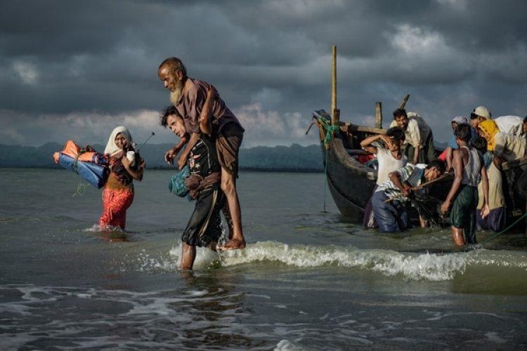 Un grupo de rohinyás desembarcan en Bangladesh en el río Naf river. La limpieza étnica contra esta minoría por parte de las autoridades birmanas causo una crisis humanitaria (Masfiqur Sohan/NurPhoto via Getty Images)