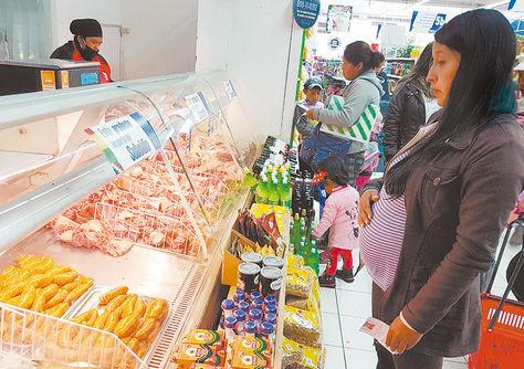 Oferta. Una beneficiaria observa la carne que se vende en la agencia de Ketal de Miraflores, ayer.