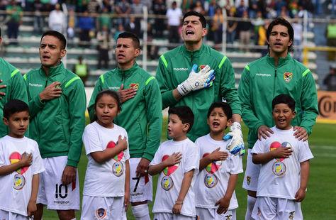 Jugadores de Bolivia antes de un partido por eliminatorias a Rusia 2018. Foto: Archivo La Razón