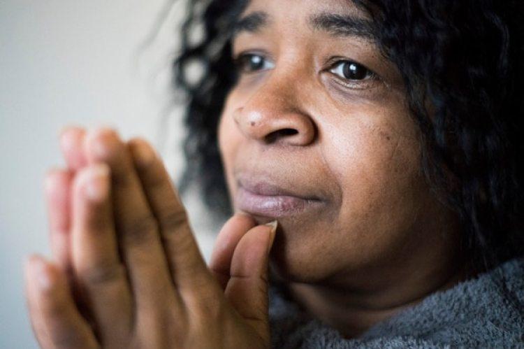 Eleanor Williams, quien hoy tiene 52 años, en su casa en Connecticut. Tenía 18 años cuando su primera hija April fue secuestrada por una desconocida (Foto gentileza: Michael Noble Jr. /The Washington Post)