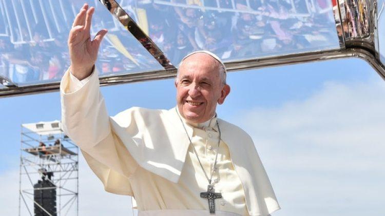 El papa Francisco saluda en Chile, durante una recorrida por Iquique (AFP)