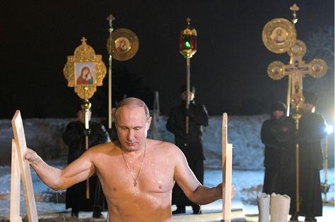 El presidente ruso, Vladímir Putin, se baña en las aguas gélidas del lago Seliguer con motivo de la festividad del Bautismo de Cristo que los ortodoxos celebran cada 19 de enero, en Ostashkov, Rusia.
