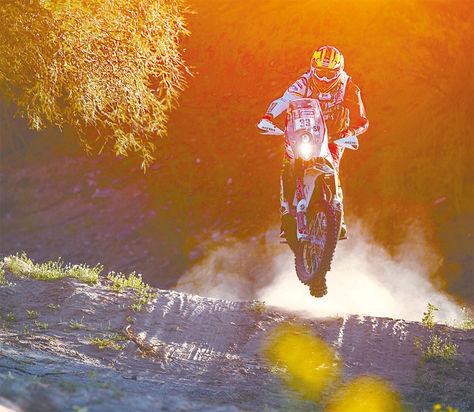 Salto. Daniel Nosiglia 'vuela' con su moto durante la etapa de ayer entre San Juan y Córdoba.