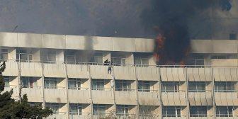 El aterrador momento en el que un hombre intenta escapar por el balcón del hotel atacado en Kabul y cae al vacío