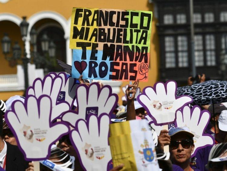 Desde el sábado miles de peruano esperan la misa del Papa en la base aérea Las Palmas (AFP)