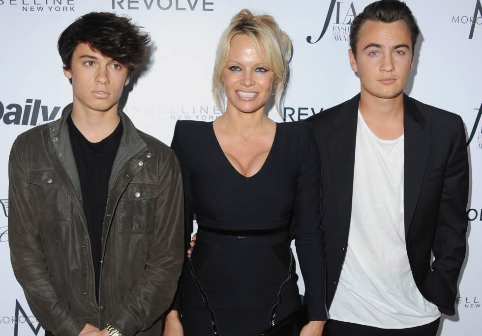 Pamela Anderson y sus hijos Dylan y Brandon Lee.