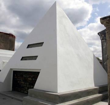 La tumba pirámide de Nicolas Cage en Nueva Orleans.