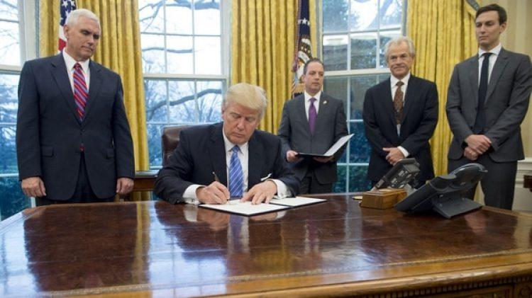 Trump firmó la salida del acuerdo comercial por considerar que no beneficiaba al mercado estadounidense, en el marco de su agenda proteccionista