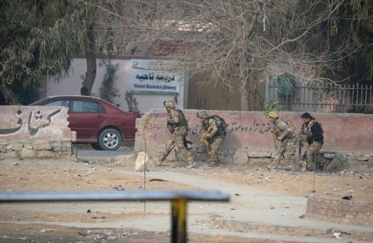 Tropas afganas durante el operativo contra el comando terrorista que ingresó a la ONG (AFP)