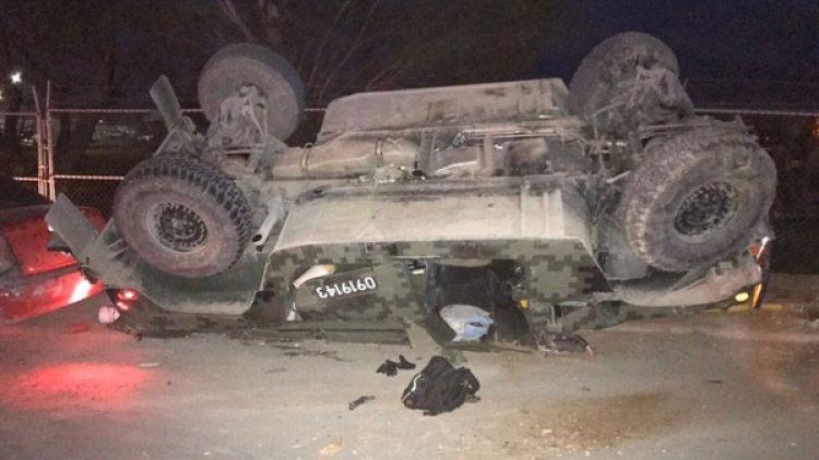 Un automóvil volcó durante los enfrentamientos y narco bloqueos en el estado de Temaulipas. (Vocería de Seguridad Tamaulipas)