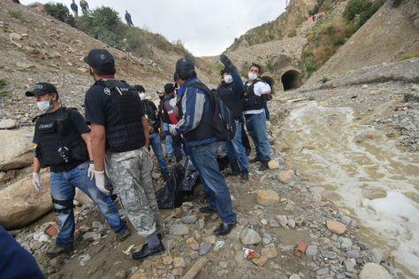 La Policía levanta los cuerpos de Carla Bellott y Jesús Cañisaire, en un río en la zona de Villa Fátima, en La Paz. Foto: APG