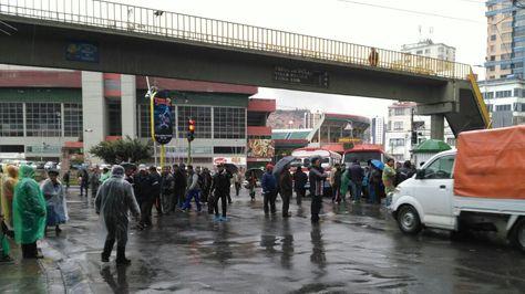 Choferes federados empiezan bloqueos en inmediaciones del estadio Hernando Siles