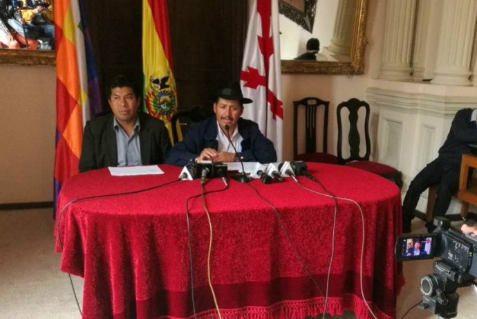 Esteban Urquizu (d) esta mañana durante la conferencia de prensa. Foto: CORREO DEL SUR