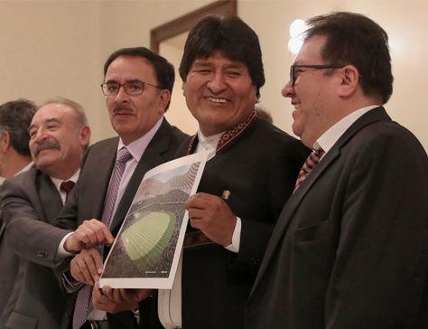 Dirigentes del fútbol paceño junto al presidente Evo Morales en la presentación del proyecto. Foto: Archivo EFE