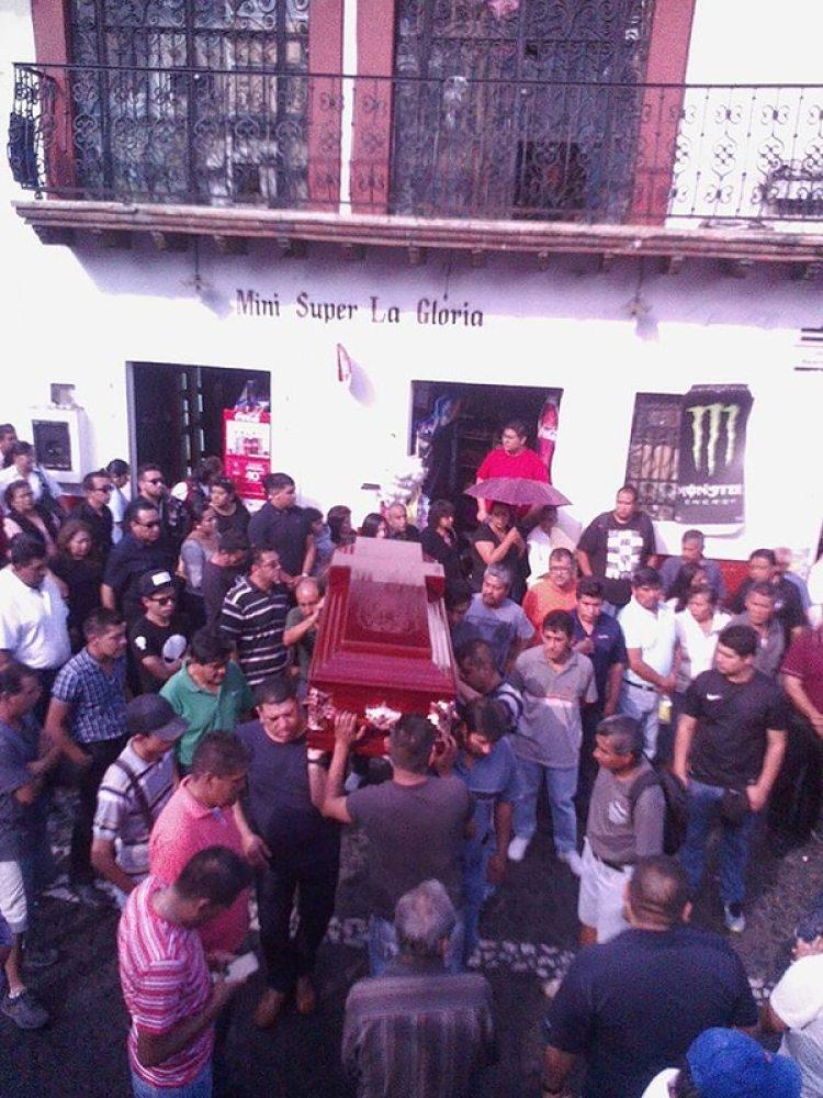 Tres mil personas acudieron a la misa de cuerpo presente y después marcharon en Taxco para exigir a las autoridades que encuentren a César, asesino de Magdalena.