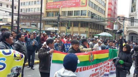 Movilización de Choferes cercó la Alcaldía de La Paz.