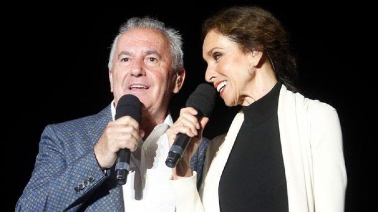 La amistad de los dos cantantes españoles inició cuando Víctor Manuel y Julio Iglesias estaban comenzando sus respectivas carreras.