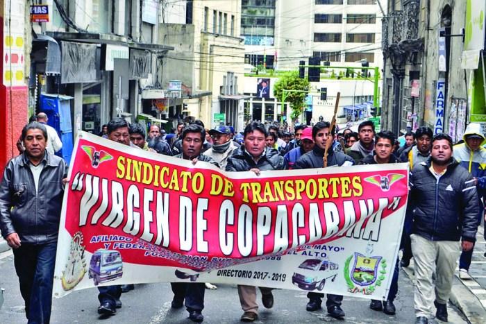 Choferes no logran paralizar La Paz pese a bloqueos y violencia