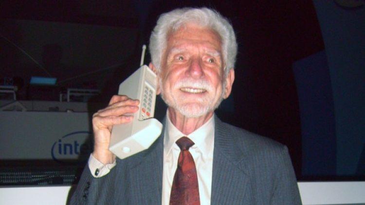 Martín Cooper, directivo de Motorola, el 3 de abril de 1973 realizó la primera llamada de la historia desde un móvil