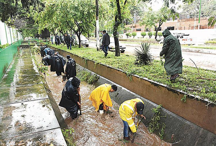Yacuiba. Funcionarios ediles limpian canaletas para que fluya el agua. Foto: APG