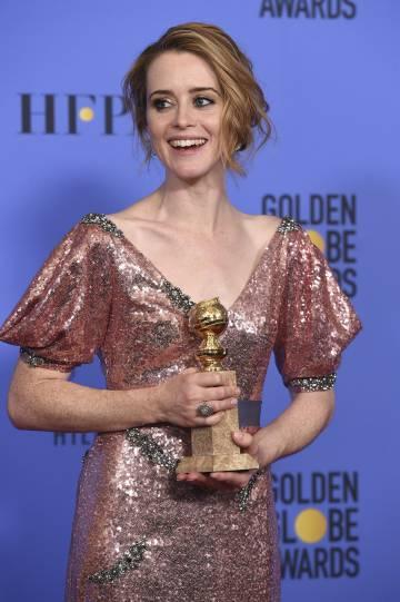Claire Foy con su Globo de Oro a mejor actriz en 2017.