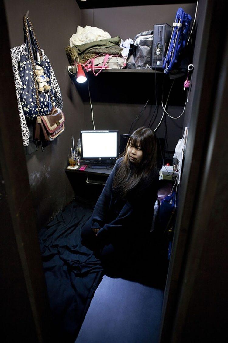 Aya, de 18 años, vive en un cibercafé con su madre, que alquila una cabina junto a ella.