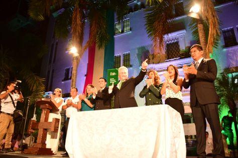 El gobernador Rubén Costas enseña el estatuto de Santa Cruz tras su promulgación.