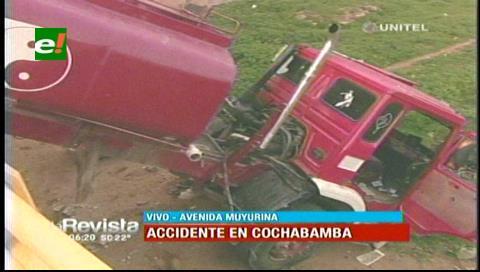 Cochabamba. Cisterna choca contra baranda del puente Muyurina y cae al río Rocha