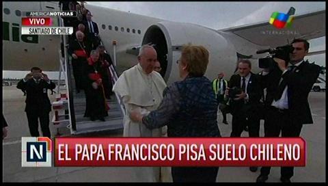 Papa Francisco aterriza en Chile y es recibido por Bachelet