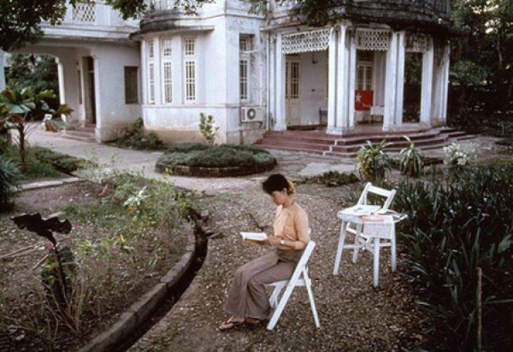 Aung San Suu Kyi en el jardín de su casa en una foto de 1996 de Steve McCurry