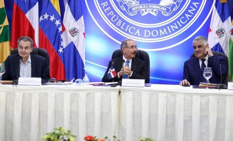 El ex primer ministro español Jose Luis Rodriguez Zapatero, el presidente de República Dominicana Danilo Medinay el canciller Miguel Vargas durante la ronda de diálogos entre el régimen chavista y la oposición venezolana este miércoles (Reuters)
