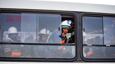 Trabajadores que permanecieron 30 horas atrapados en una mina de Sudáfrica.