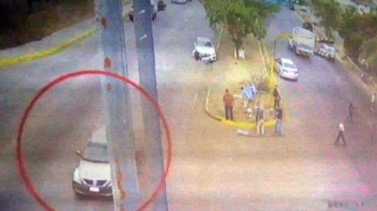 Un vehículo color gris se estacionó al lado del Mercedes y los tripulantes empezaron a disparar. Luego huyeron.