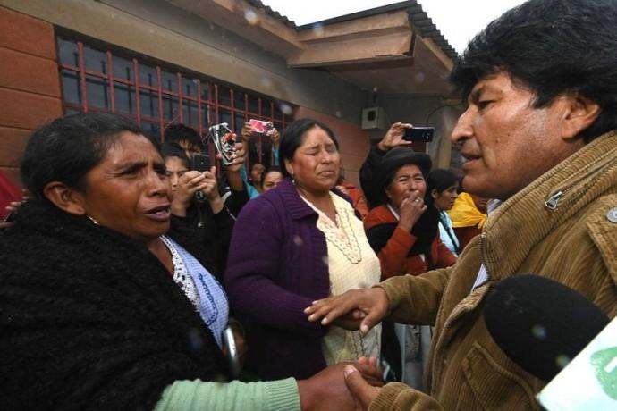 Evo Morales en Tupiza junto con algunas familias afectadas por el desborde del río. Foto: Min. Presidencia