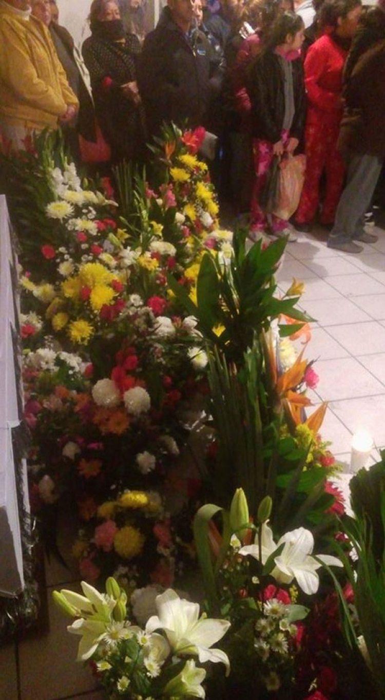 Las personas colocaron flores y acompañaron a Don Ramón y a su hijo en la velación y funeral de María Asunción