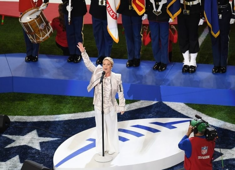 Pink cantó el himno de los Estados Unidos en la previa del Super Bowl LII (AFP)