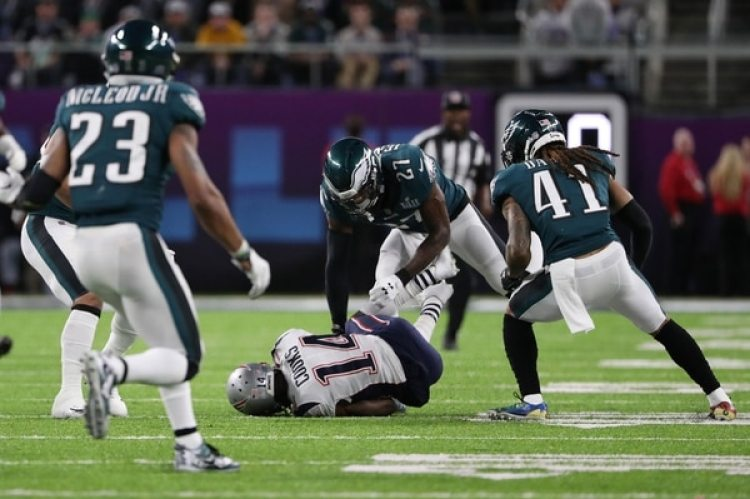 Brandin Cooks cayó duramente al ser chocado por Malcom Jenkins en el Super Bowl LII (AP)