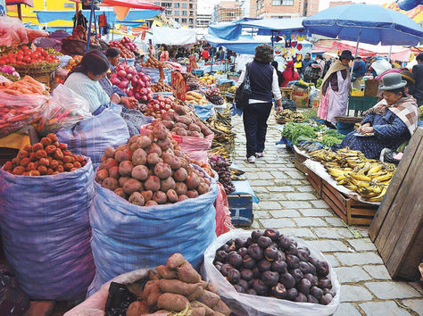 La Paz. Venta de verduras y tubérculos en el mercado Rodríguez.