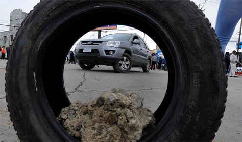 Bloqueo de choferes sindicalizados que impiden el acceso a la ciudad de El Alto.