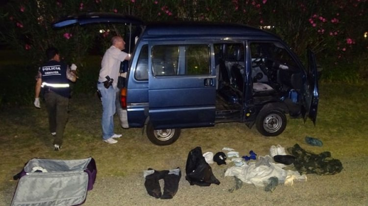 Policías controlan uno de los vehículos usados por los ladrones (M. Umpiérrez)